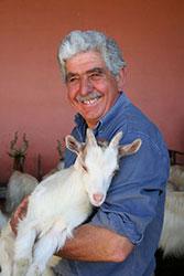 Agriturismo Siracusa: Tito Italia tiene in braccio un capretto di razza girgentana