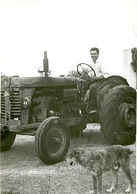 Agriturismo a Siracusa: papà Santo Italia a bordo del primo trattore della nostra azienda agricola