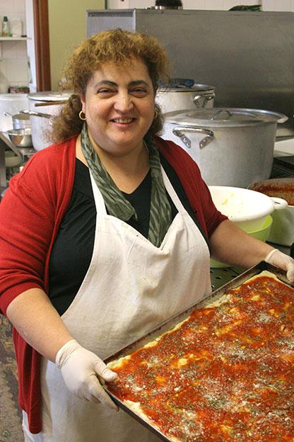Agriturismo Siracusa: Giusy Italia con una teglia di ottima pizza al pomodoro