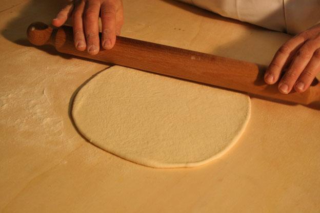Ristorante Siracusa: impanata prezzemolo e cipolla: la stesura della sfoglia sottile