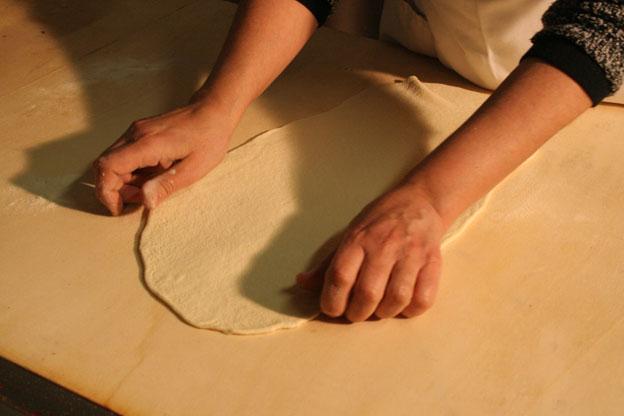Ristorante a Siracusa: la stesura della pasta di pane di casa per preparare le nfigghiulate nipitedda e fichi secchi