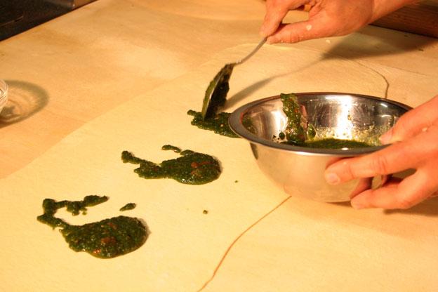 Ristorante a Siracusa: il condimento della pasta di pane distesa per preparare le nfigghiulate nipitedda e fichi secchi