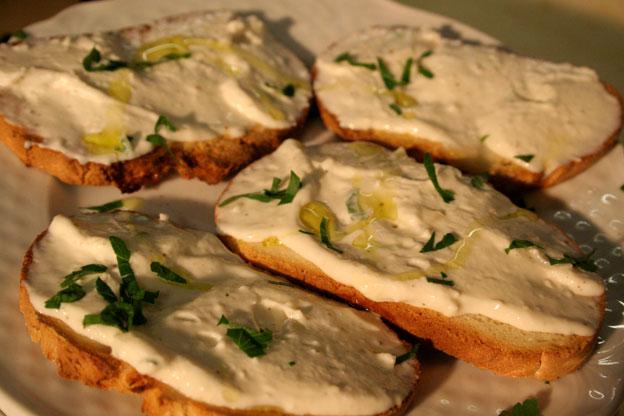 Ristorante Siracusa: ricotta fresca sul pane caldo