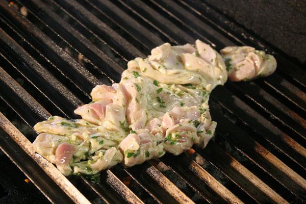 Ristorante Siracusa: una coscia di coniglio disossata e insaporita con erbe profumate è arrostita sulla brace della cucina dell'agriturismo Italia