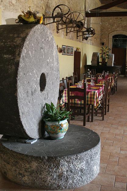 Ristorante a Siracusa: le enormi mole di pietra vulcanica che abbiamo trovato sotto il pavimento della stalla